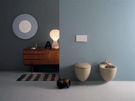 bagni di colore colore e bianco convivono in bagno