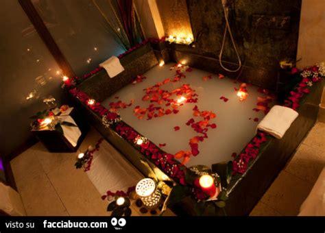 candele e petali di rosa splendida ed enorme vasca con candele accese e petali di
