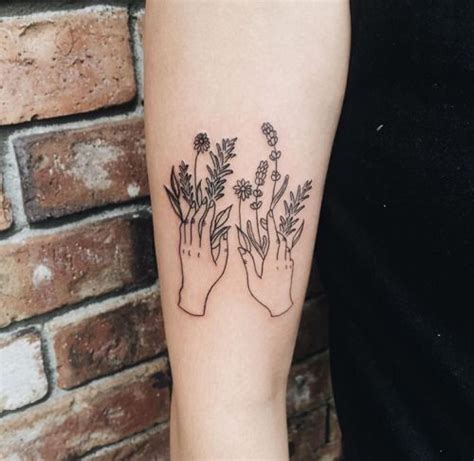 tattoo of a hand holding flowers trauermusik art pinterest mama lass dich