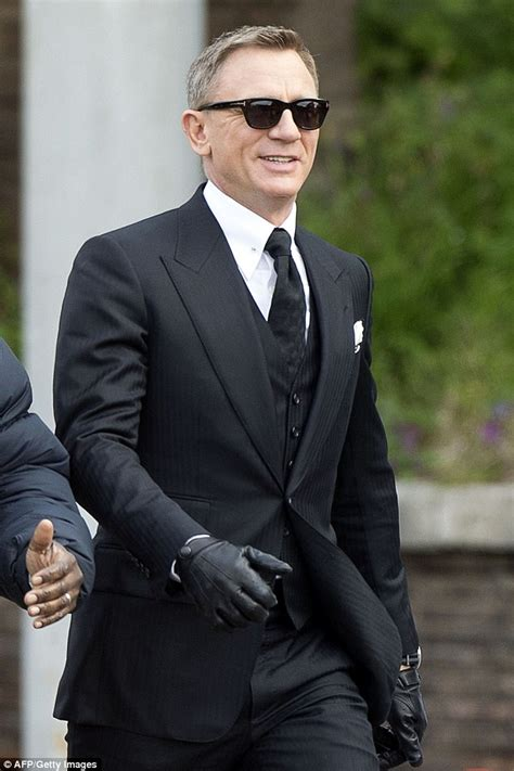 Set 4in1 Jas Anak Grey daniel craig teams suit with trainers to shoot for bond spectre in rome