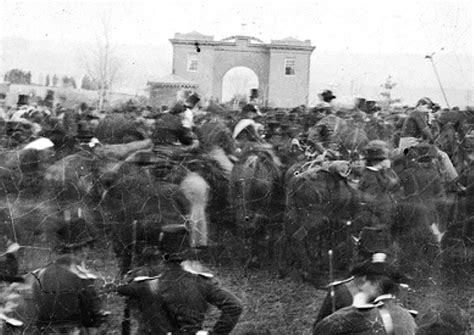 lincoln in gettysburg president lincoln delivers his gettysburg address civil