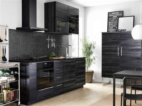 Kitchen Ideas Ikea peque 241 a cocina negra con puertas y cajones efecto madera
