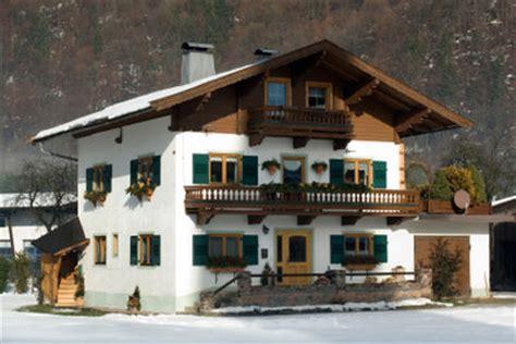 terrasse winterlich dekorieren balkonpflanzen f 252 r herbst und winter so dekorieren sie