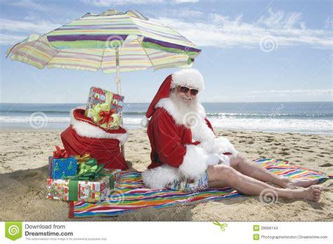 Imagenes De Santa Claus En La Playa | regalos de santa claus sitting under parasol with en la