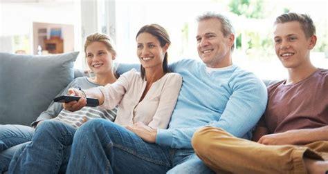 imagenes de la familia viendo tv 6 series de televisi 243 n para ver en familia bekia padres