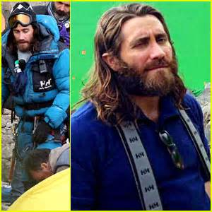 film everest actors jake gyllenhaal sports long hair shaggy beard in first