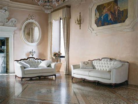 Halbrundes Sofa Im Klassischen Stil by Sofa Im Klassischen Stil Gesteppt Mit Bequemen Kissen