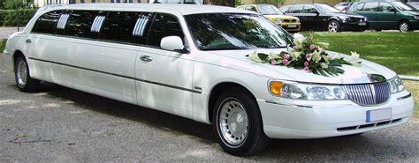 wedding car lincoln file lincoln town car limousine wedding car jpg