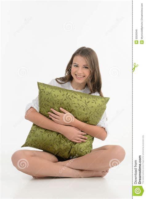 abbracciare il cuscino abbracciare un cuscino adolescente allegro abbraccia