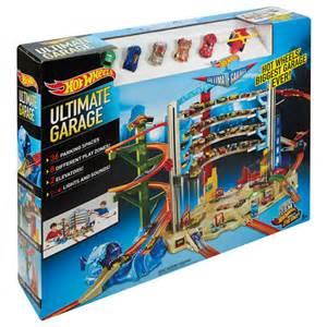 Playing Pretend With Hot Wheels Ultimate Garage & Volcano