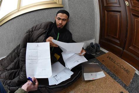 consolato tunisino genova non gli danno il passaporto tunisino si cuce la bocca 1