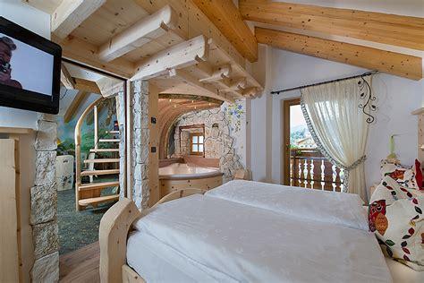 alberghi con in hotel con suite e camere a tema val di fassa hotel la grotta