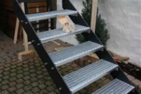 treppengeländer für aussentreppe aussen stahltreppe mit lochblechstufen bauunternehmen