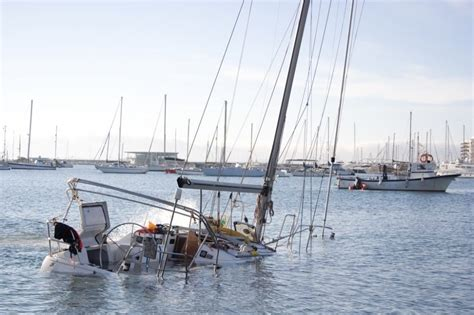 zeiljacht kapseist zeilboot maakt water kanaalweg oostzijde hellevoetsluis