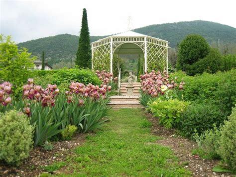giardino di casa in piena fioritura foto di il giardino di casa biasi