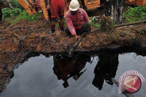 Minyak Mentah bantuan warga sekitar tumpahan minyak mentah minim