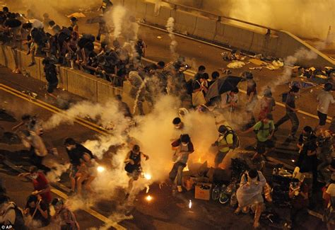 new year hong kong riot hong kong cops to withdraw after protesters copy ferguson