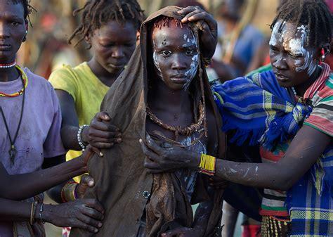 una ragazza alla casa le tradizioni feriscono le donne internazionale