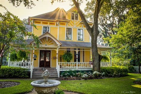 Yellow Victorian House Hdr Creme
