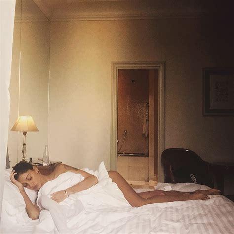 donne senza vestiti nel letto belen rodriguez ha l influenza su la foto mezza nuda
