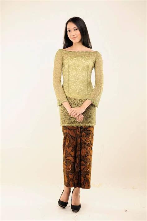 kebaya sederhana kebaya sederhana berwarna hijau dengan kain batik