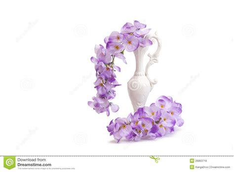 stock fiori artificiali fiori artificiali di glicine in brocca fotografia