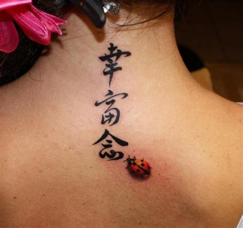 tatouage lettrage cou coccinelle par eddy tattoo