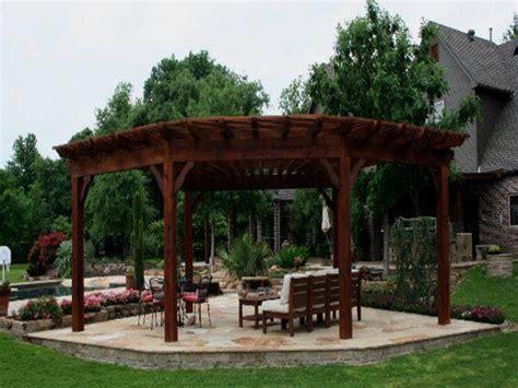 curved cedar pergola in the woodlands interior designs