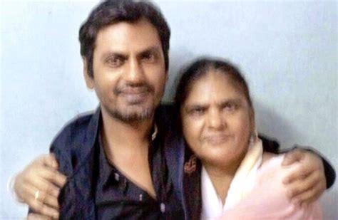 Nawazuddin-Siddiqui-with-his-mother-Mehroonisa - StarUnfold