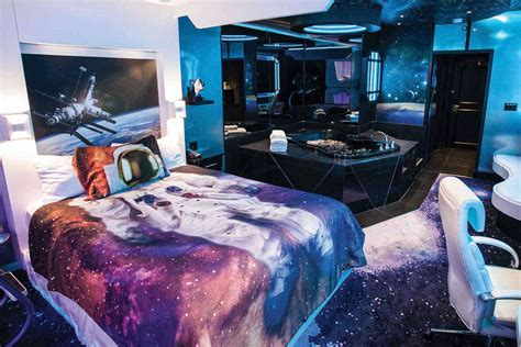 theme hotel in illinois look at these space themed hotel rooms