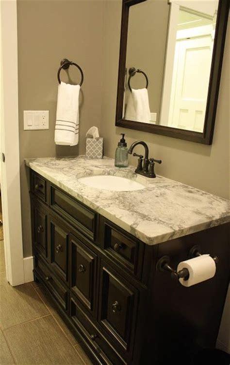 salle de bain avec comptoir de granite white disponible chez granite au sommet bathroom
