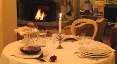 cena al lume di candela cena a lume di candela davanti al camino acceso foto di