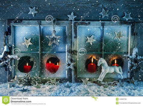 outdoor dekorieren ideen fã r atmosph 228 risches weihnachtsfenster mit den roten kerzen im