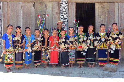 Baju Adat Kalimantan Anak Perempuan vik generasi terakhir perempuan dayak berkuping panjang