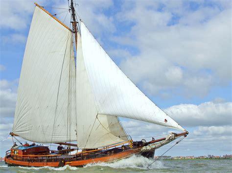 zeilboot platbodem het originele zeilschip de catharina van mijdrecht