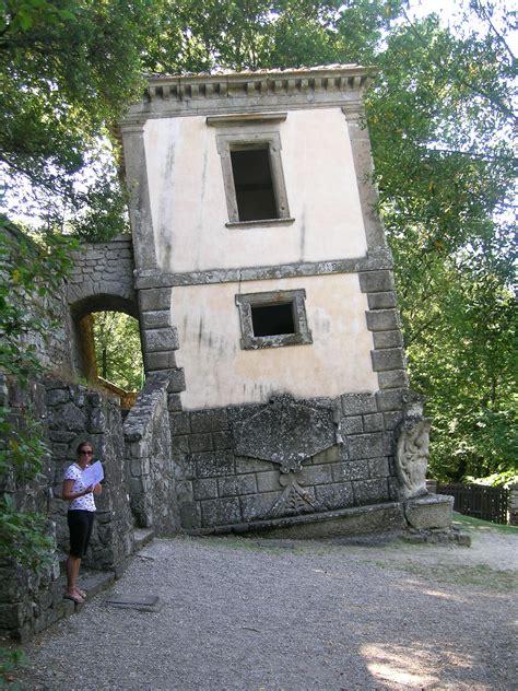 viterbo giardini di bomarzo file bomarzo parco mostri casa pendente jpg wikimedia