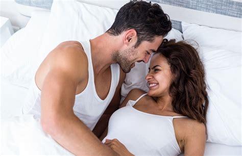 sexuality man and woman in bedroom 남자가 여자한테 푹 빠졌다는 증거 16가지