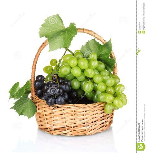 imagenes uvas rojas uvas rojas maduras en cesta fotos de archivo imagen
