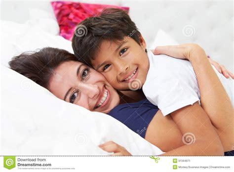a letto insieme madre e figlio si trovano a letto insieme immagine