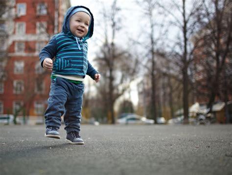shoe flexibility influences gait in early walkers