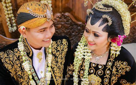 Pose Wedding Adat Jawa by Sita Bagus Wedding Candid I Temu Manten N Resepsi I