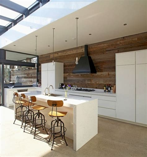 cuisine avec sol parquet parquet stratifi 233 sur le mur un am 233 nagement mural tr 232 s
