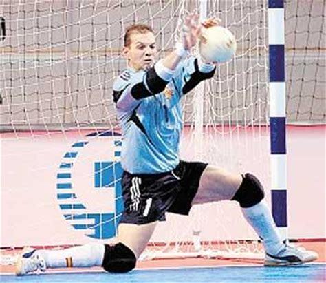 pentingkah perlengkapan safety kiper futsal edition bola