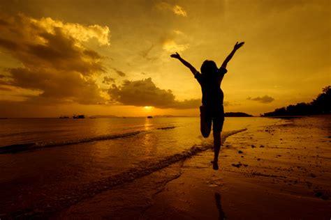 imagenes zen playa relax mujer saltando de mar en la playa descargar fotos