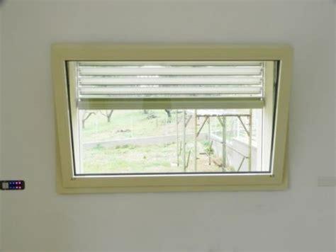 tende per vasistas infissi finestra a vasistas in alluminio motorizzata
