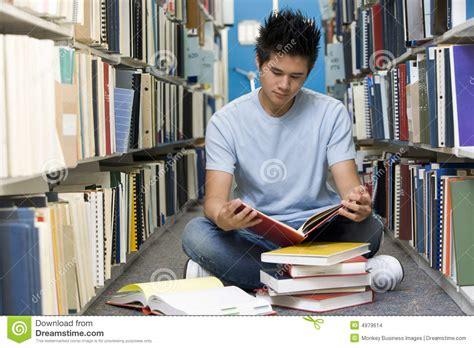 libreria studenti studente universitario che lavora nella libreria immagini