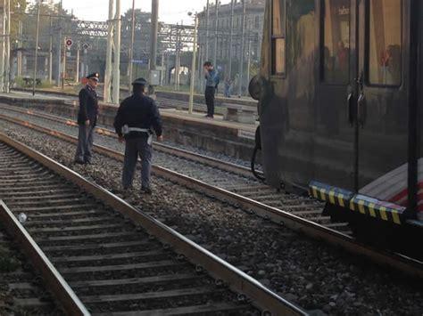 treno bergamo porta garibaldi stazione porta garibaldi incidente sui binari giovane