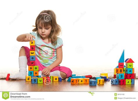 imagenes de niños jugando memoria ni 241 a pensativa que juega en el piso fotograf 237 a de archivo