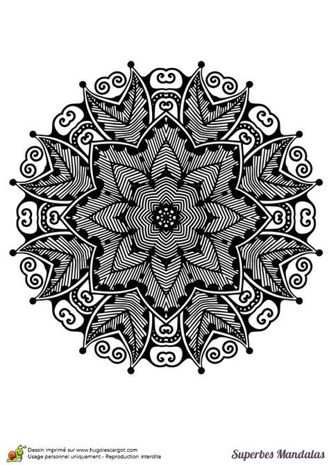 Coloriage d'un mandala avec beaucoup de motifs très fins