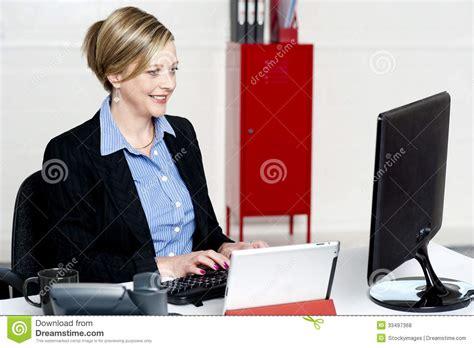image de secretaire au bureau beau secr 233 taire au travail dans bureau photos libres